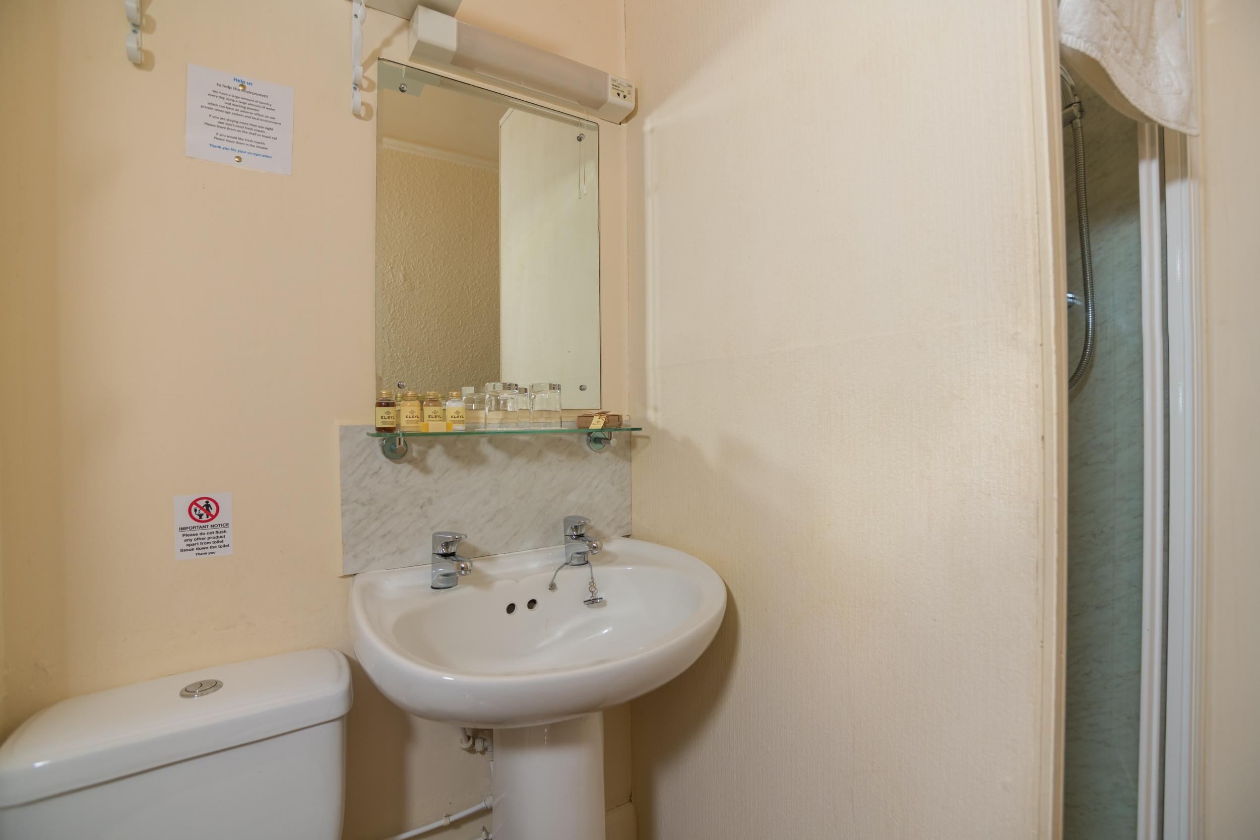 Room 1 ensuite bathroom